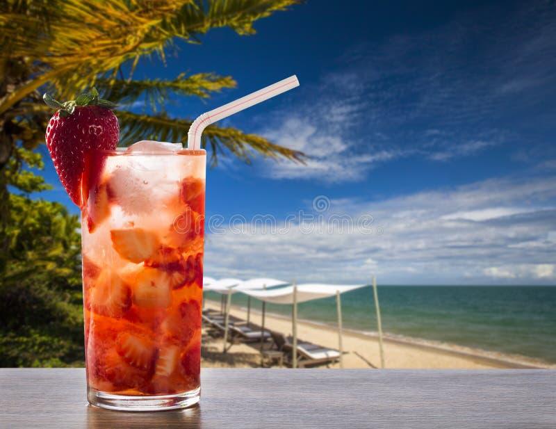 Den nya drinken gjorde jordgubben Caipirinha i strandbakgrunden arkivbilder