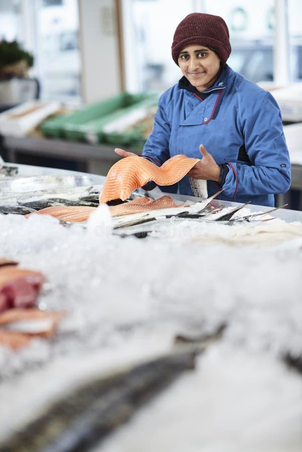 Den nya fisken och musslor presentated vid fishdealeren royaltyfria bilder