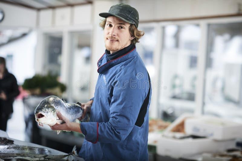 Den nya fisken och musslor presentated vid fishdealeren arkivbild