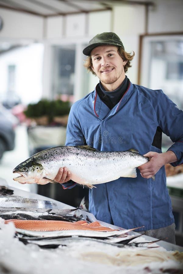 Den nya fisken och musslor presentated vid fishdealeren royaltyfri bild