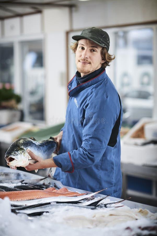 Den nya fisken och musslor presentated vid fishdealeren royaltyfri fotografi