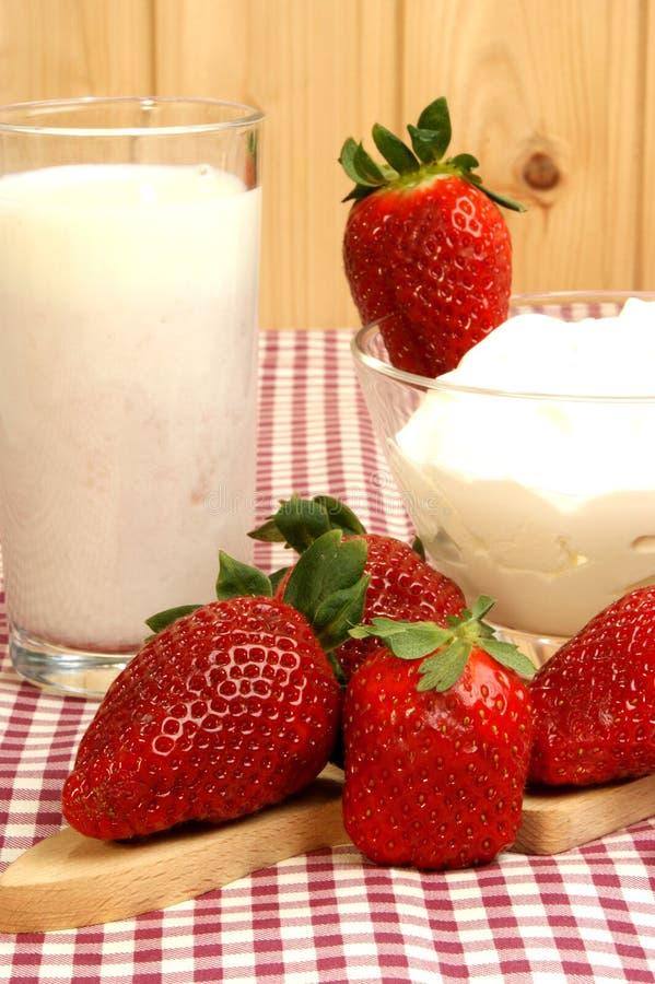 den nya frukosten mjölkar jordgubbeyoghurt arkivfoto