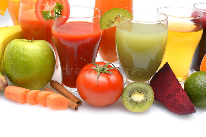 Den nya frukten och grönsakfruktsafterna på vit bakgrund arkivfoton