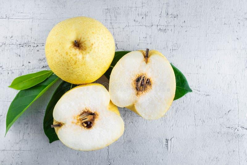 Den nya halvan för nashipäronfrukt klippte på vit bakgrund royaltyfria foton