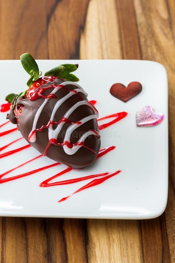 Den nya jordgubben doppade i choklad och garnering med rött och wh royaltyfri bild