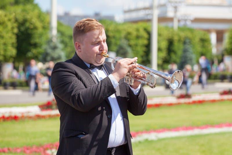Den nya livmässingsmusikbandet, vindmusikinstrumentspelaren, orkester utför musik, musikern som lekar trumpetar ståenden, trumpet royaltyfri bild
