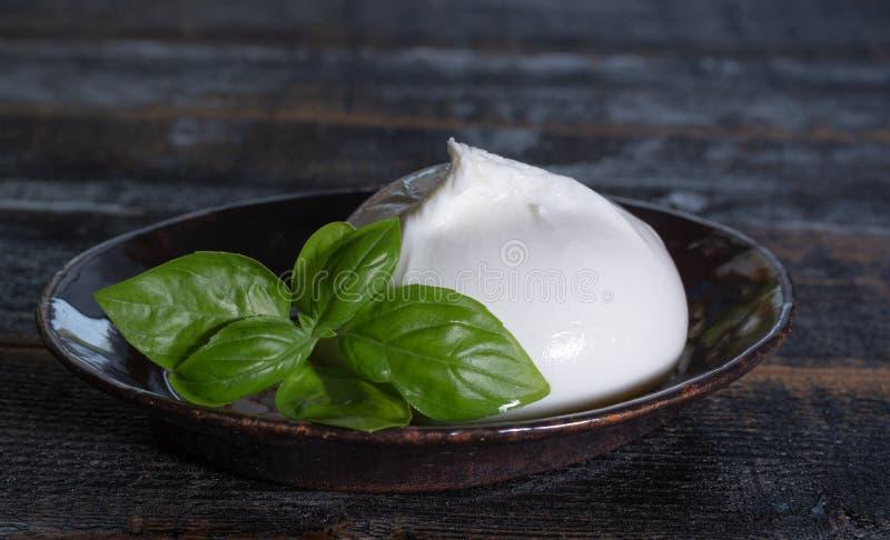 Den nya mjuka vita burrataen, klumpa ihop sig buttery ost som göras från en blandningnolla arkivfoton