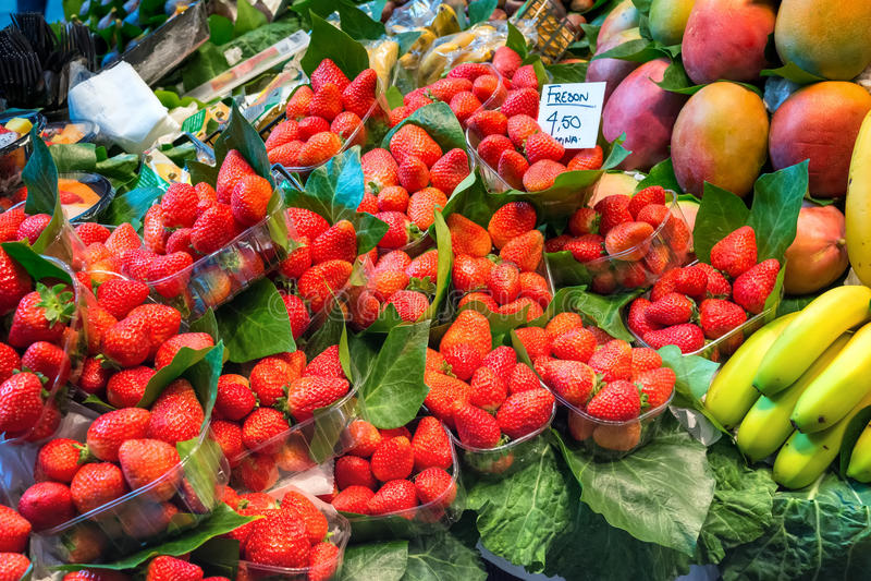 Den nya mogna jordgubben, mango och bananer packade i plast- askar royaltyfria foton