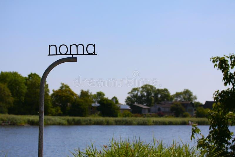 Den nya NOMAEN Logoteckenstolpe av den Michelin stjärnarestaurangen NOMA - en av de bästa restaurangerna i världen och att presen royaltyfria foton