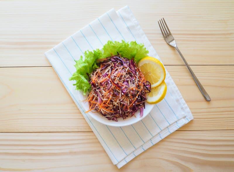 Den nya salladplattan med blandat rotar upp selleri, moroten, röd kål på ljust träbakgrundsslut sund mat Grönt mål royaltyfria bilder