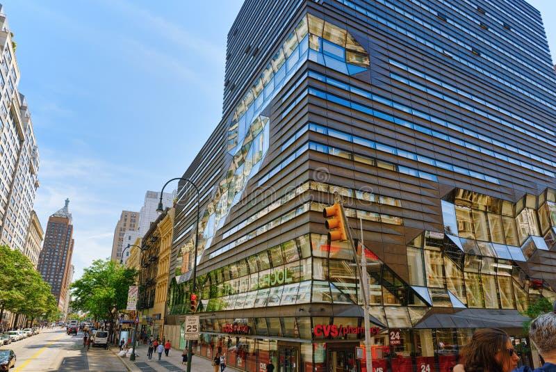 Den nya skolauniversitetmitten och de stads- sikterna av New York ST royaltyfri bild