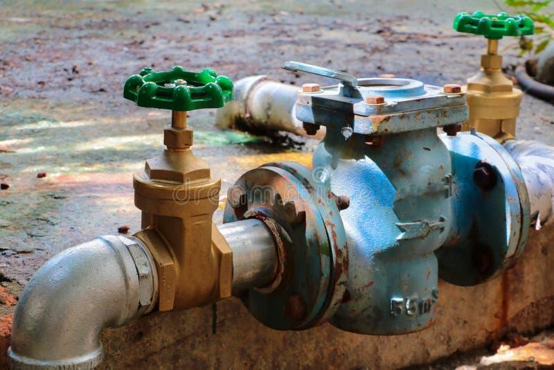 Den nya vattenventilen har reparationsrör med att ändra av det sammanfogade röret för klappet för gammal rost för metern industri fotografering för bildbyråer