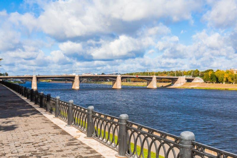 Den nya Volga bron och stadskajen i Tver, Ryssland Pittoreskt flodlandskap bluen clouds skyen arkivfoto