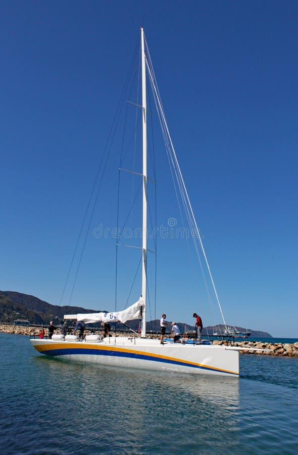 Den nybyggda strandskatan för den tävlings- yachten förbereder sig att lämna det är gummistövelhamnen - rutt till Tauranga för sä fotografering för bildbyråer