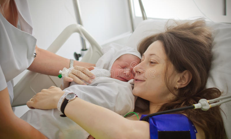 Den nyfödda modern som rymmer, behandla som ett barn arkivfoton