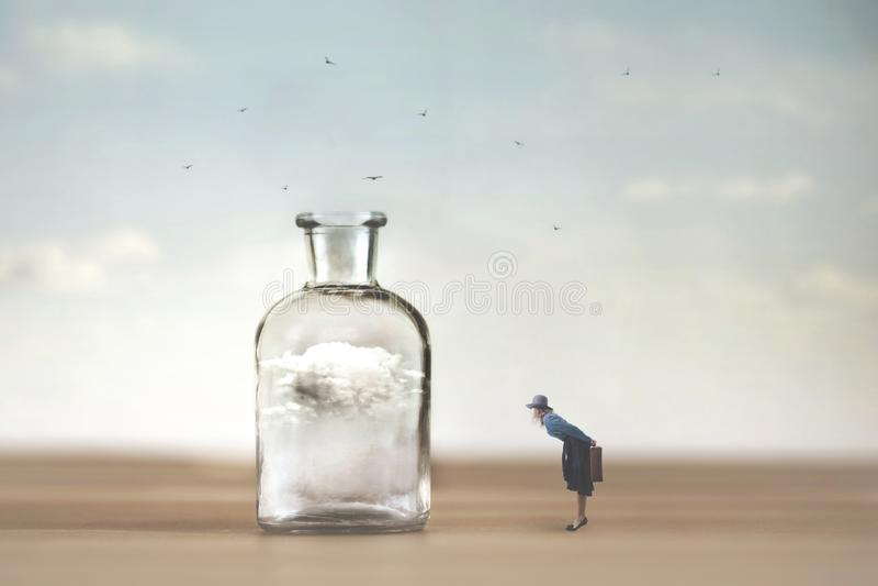 Den nyfikna kvinnan observerar med h?pnad ett moln som f?ngas i en vas royaltyfri bild