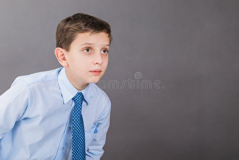 Den nyfikna pojken ser fast beslutsamt in i avståndet royaltyfri fotografi