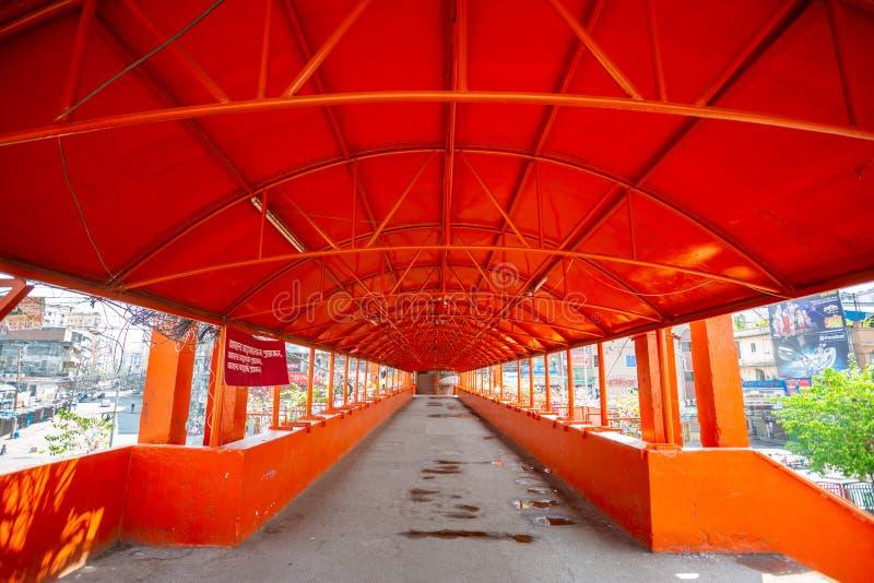 Den nyligen överfulla Newmarket Foot Over Bridge är nu tom i Dhaka, Bangladesh arkivfoto
