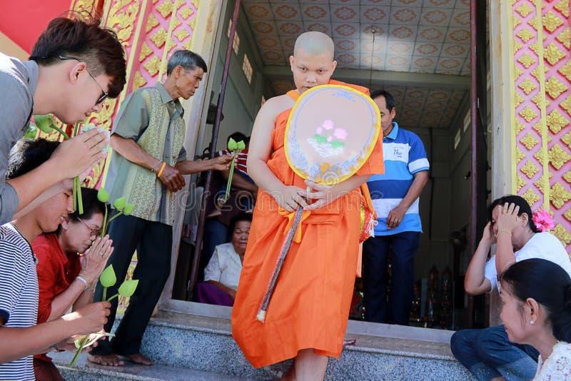 Den nyligen förordnade buddistiska munken ber med prästprocessionen arkivbilder