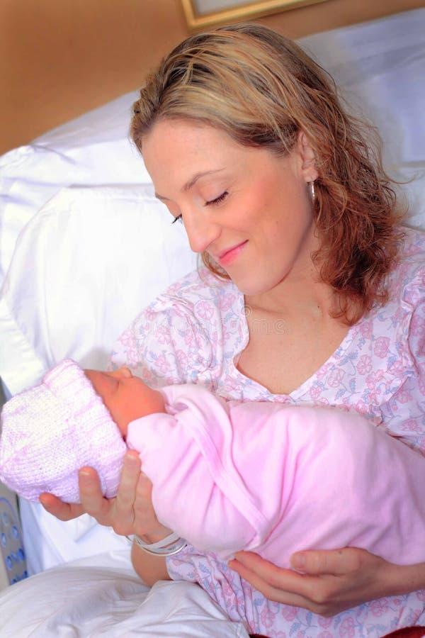 Den nytt mamman och nyfött behandla som ett barn royaltyfri fotografi
