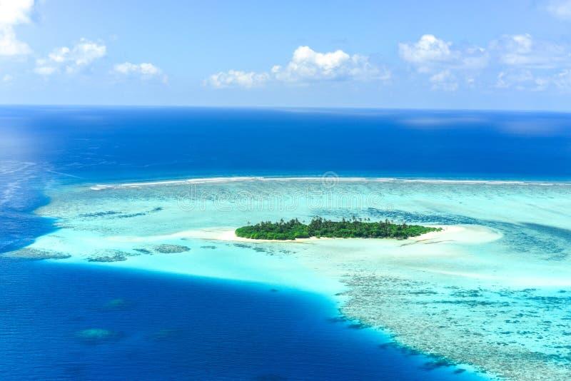 Den obebodda ön bräker in atollen, Maldiverna royaltyfri fotografi