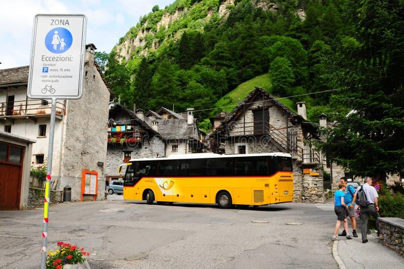 Den offentliga bussen tar dig till Sonogno, den sista byn i den Verzasca dalen arkivbild