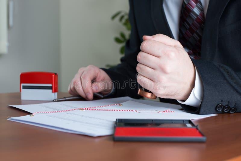 Den offentliga notaryen stämpla en auktoriserad revisor kopierar arkivbild