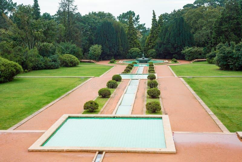 Den offentliga villaträdgården parkerar med tips och springbrunnen fotografering för bildbyråer