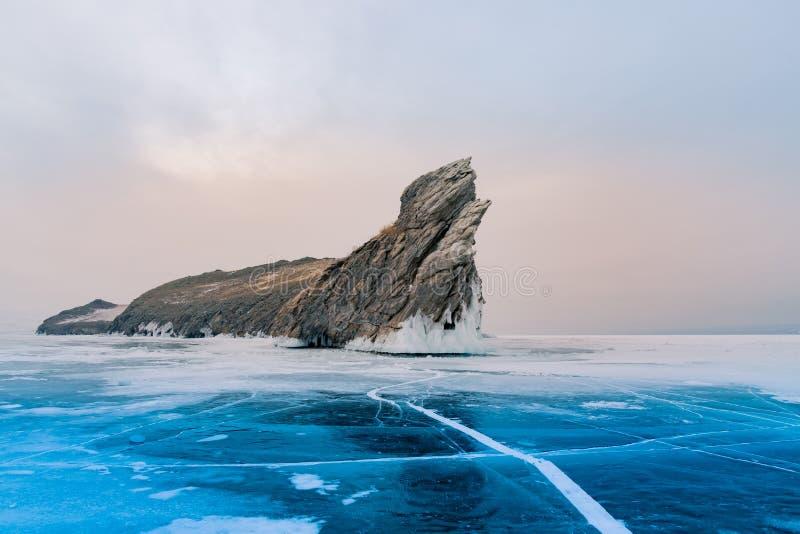 Den Ogoy ön över Baikal fryste vattensjön den Sibirien, Ryssland vintersäsongen arkivbilder