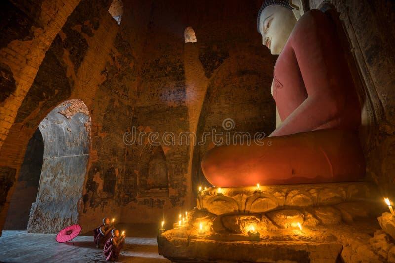 Den oidentifierade buddismneofyt ber i den Buddihist templet arkivbilder