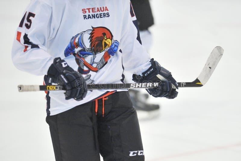 Den oidentifierade hockeyspelaren konkurrerar royaltyfri bild