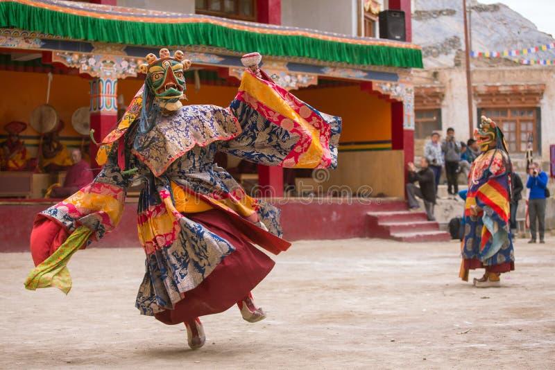Den oidentifierade munken i maskering utför en maskerad och kostymerad gåtadans för klosterbroder av tibetan buddism royaltyfri bild