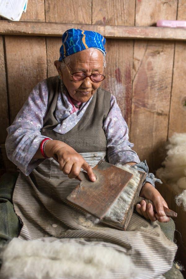 Den oidentifierade tibetana kvinnan arbetar som vävare i mattseminariet av den tibetana flyktingsjälvhjälpmitten, Darjeeling, Ind fotografering för bildbyråer