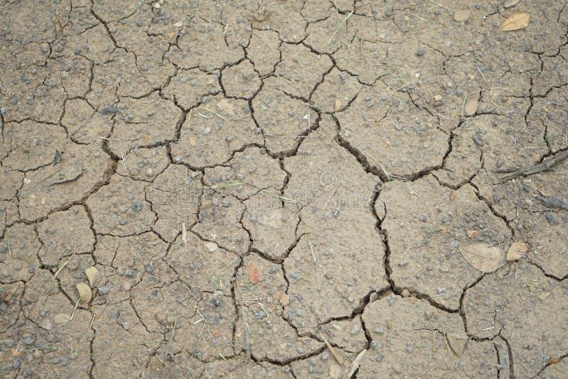 Den ointressanna jorden för den bästa sikten på jordningen är torkad och bruten i något ställe av Thailand royaltyfria foton