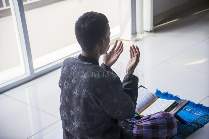 Den okända mannen ber till Allahen hemma royaltyfria bilder