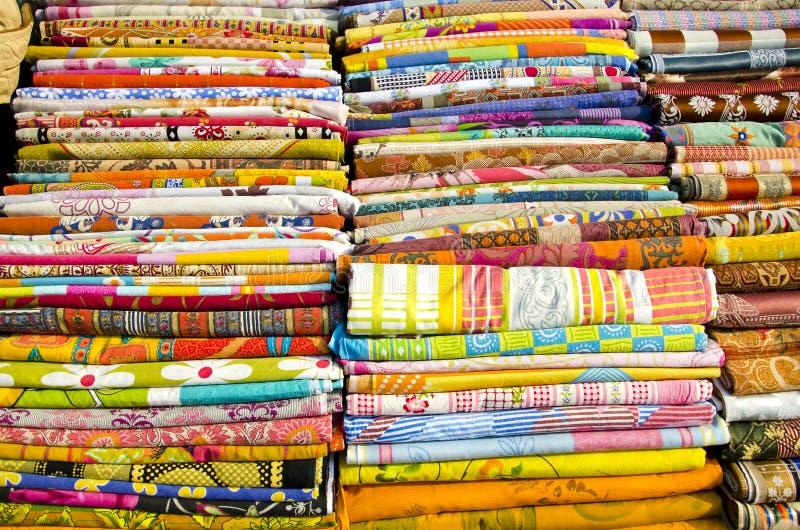 Den olika färgrika klädersamlingen i Delhi marknadsför royaltyfria bilder