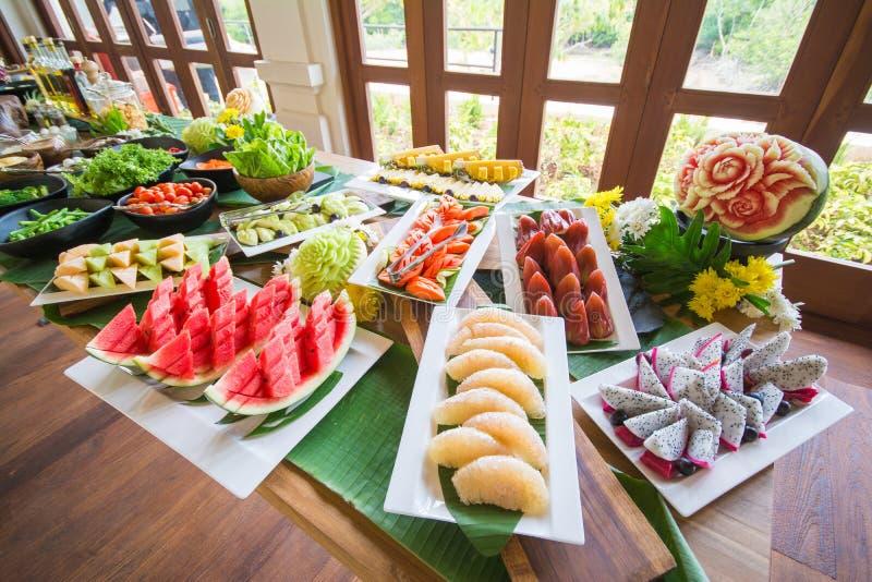 Den olika nya frukt och grönsaken på buffé fodrar royaltyfri fotografi