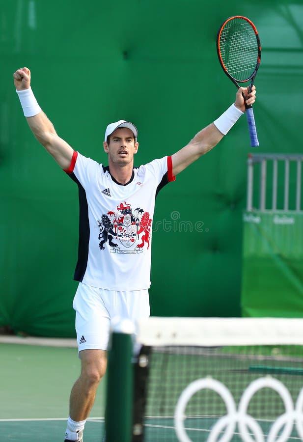 Den olympiska mästaren Andy Murray av Storbritannien firar seger efter kvartsfinalen för singlar för man` s av Rio de Janeiro 201 royaltyfri fotografi