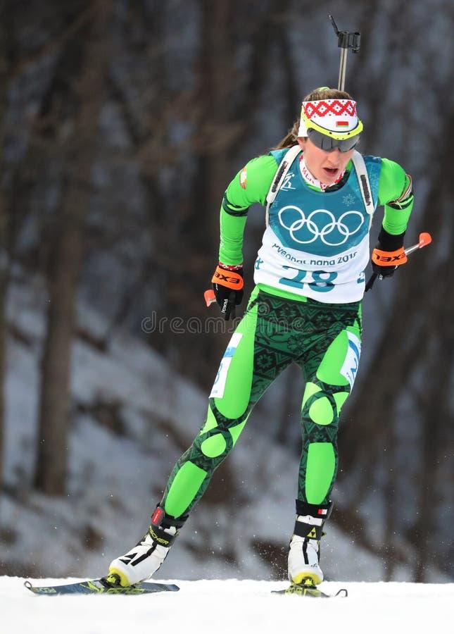 Den olympiska mästaren Darya Domracheva av Vitryssland konkurrerar i individ för biathlonkvinna` s 15km på de 2018 vinterOS:erna arkivfoto