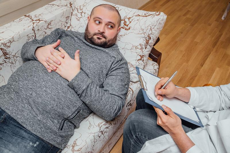 Den orakade feta mannen besöker anmärkningar för en psykologPsychologist handstil royaltyfri bild