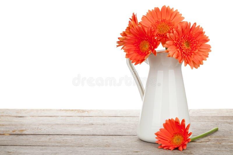Den orange gerberaen blommar i kanna fotografering för bildbyråer