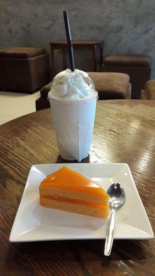 Den orange kakan och nya mjölkar Frappe arkivfoton