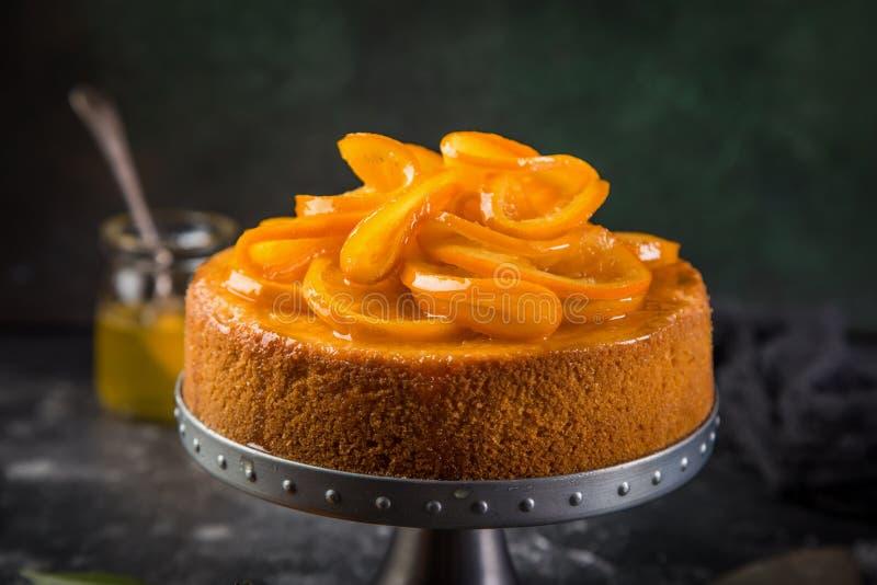 Den orange polenta- och mandelkakan dekorerade med den kanderade apelsinen sl arkivfoto