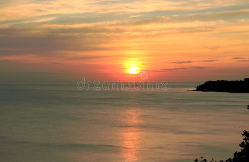Den orange solnedgången över havet royaltyfria bilder