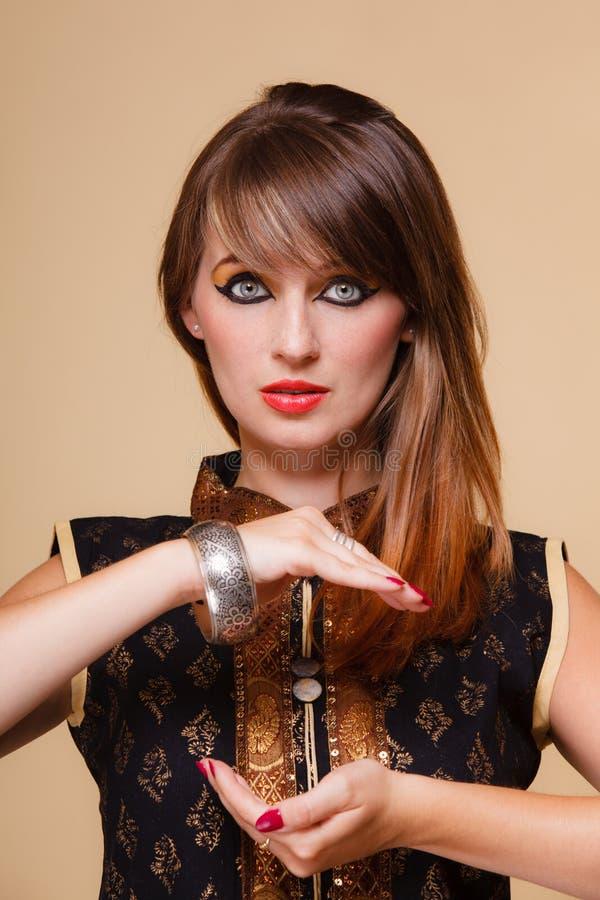 Den Orient flickan med öppen makeup gömma i handflatan royaltyfri bild