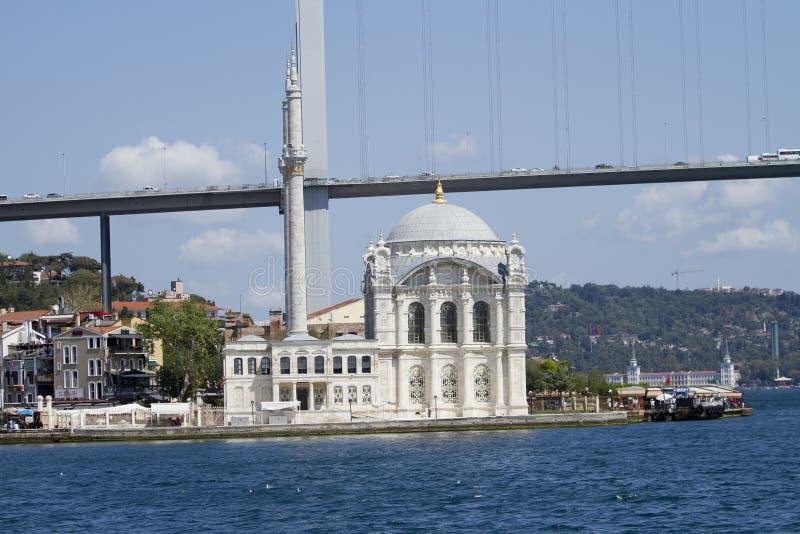 Den Ortaköy moskén har en av de mest pittoreska inställningarna allra av de Istanbul moskéerna arkivbild