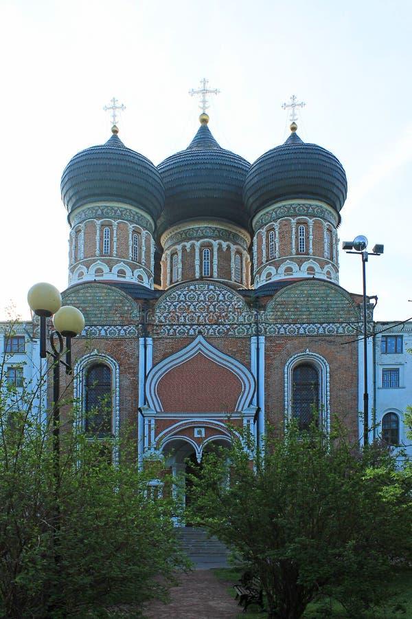 Den ortodoxa kyrkan med svarta kupoler i Izmailovsky parkerar av Moskva Ryssland på bakgrunden av gröna vårträd arkivfoto