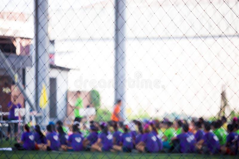 Den oskarpa bilden av fotbollsspelare sitter i rad royaltyfria foton
