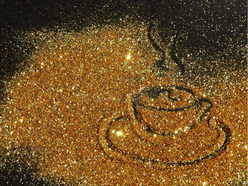 Den oskarpa guld- koppen kaffe av blänker gnistrandet på svart bakgrund royaltyfri bild