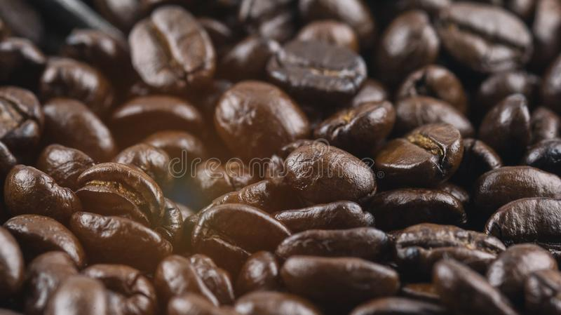 Den oskarpa ljusa designbakgrunden av grillade kaffebönor, tappning och konst utformar royaltyfri fotografi